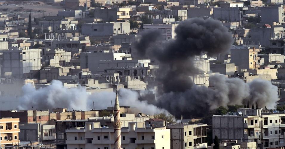 13.out.2014 - Fumaça proveniente de um ataque aéreo da coalizão liderada pelos Estados Unidos emana da cidade síria de Ain al-Arab, conhecida como Kobane pelos curdos, em fotografia tirada da fronteira turca-síria no sul do vilarejo de Mursitpinar, na província de Sanliurfa, na Síria, nesta segunda-feira (13). Combatentes curdos se envolveram em violentos confrontos com jihadistas na fronteira turca próxima a Kobane