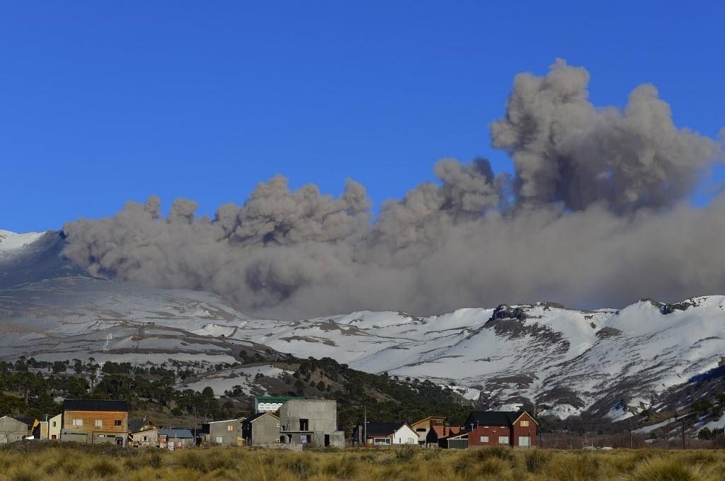 13.out.2014 - Fumaça sai da cratera do vulcão Copahue no Chile, neste domingo (12). A imagem foi divulgada nesta segunda-feira (13). O Chile está monitorando o vulcão, localizado na fronteira com a Argentina, devido ao aumento da atividade vulcânica - mas a região ainda não precisou ser esvaziada. No sábado (11) foi registrado um aumento da nuvem de cinzas do Copahue, que chegou a 3.600 metros de altura, e uma sequência de tremores, de acordo com informe do Serviço Nacional de Geologia e Mineração