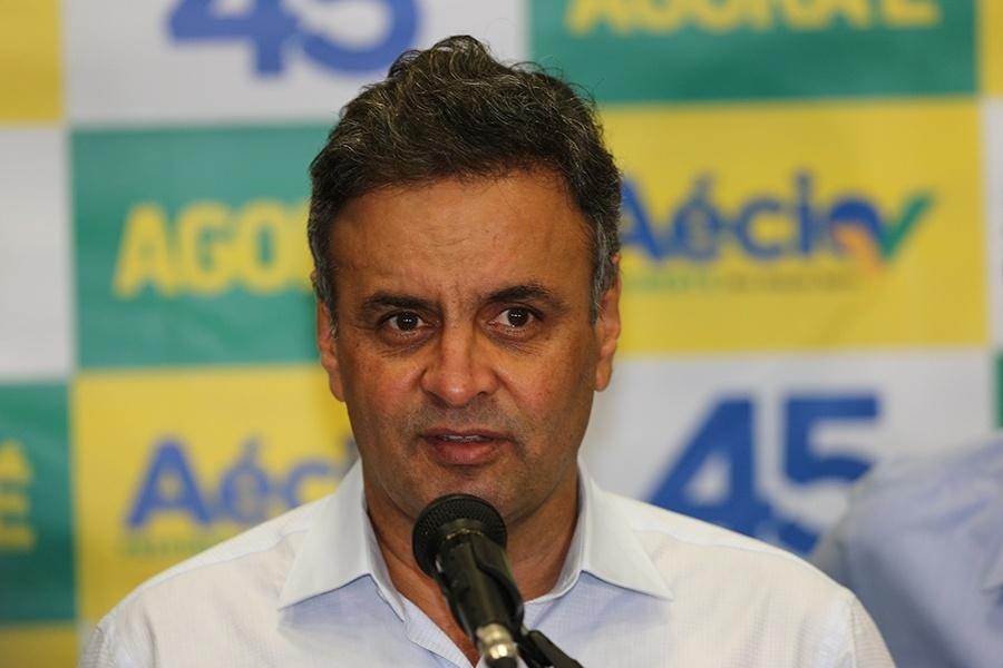 13.out.2014 - O candidato à Presidência da República pelo PSDB, Aécio Neves, concede entrevista aos jornalistas no Expo Unimed da Universidade Positivo, em Curitiba
