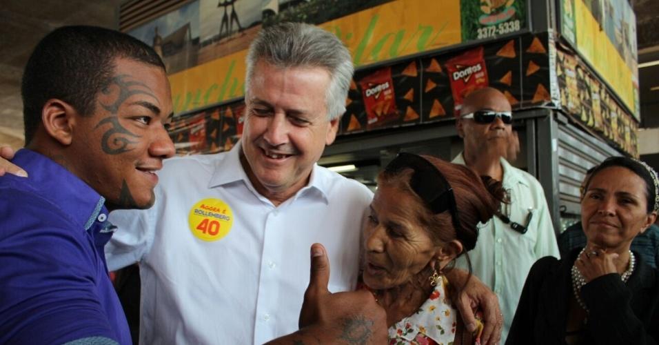 13.out.2014 - O candidato ao governo do Distrito Federal Rodrigo Rollemberg (PSB) faz caminhada e cumprimenta eleitores na Rodoviária do Plano Piloto