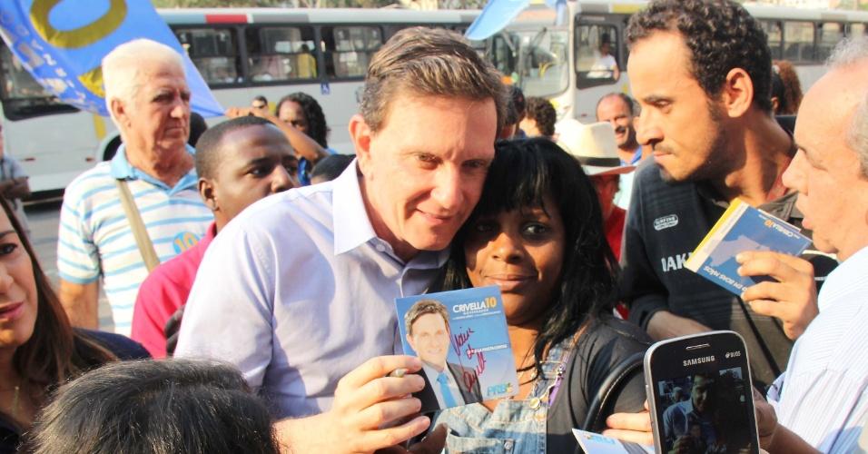 13.out.2014 - O candidato ao governo do Rio de Janeiro, Marcelo Crivella (PRB), faz campanha eleitoral na Central do Brasil no Rio de Janeiro na manhã desta segunda-feira (13)