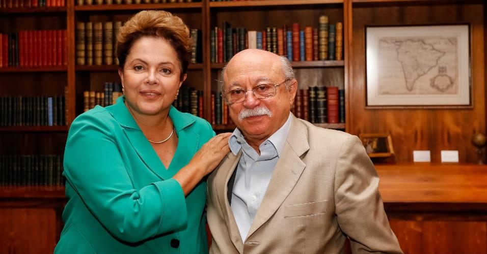 13.out.2014 - O ex-presidente nacional do PSB Roberto Amaral se encontrou com a presidente e candidata à reeleição pelo PT, Dilma Rousseff, nesta segunda-feira, mesmo dia em que ele perdeu o comando do partido. Amaral era contra a aliança do PSB com o candidato tucano à Presidência, Aécio Neves (PSDB)