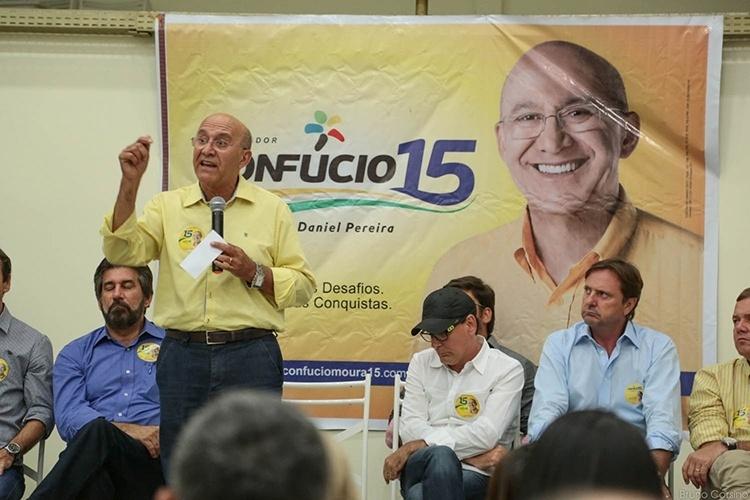 13.out.2014 - O governador e candidato à reeleição pelo PMDB, Confúcio Moura, se reuniu com cerca de 500 prefeitos da região central do Estado, em Ouro Preto do Oeste