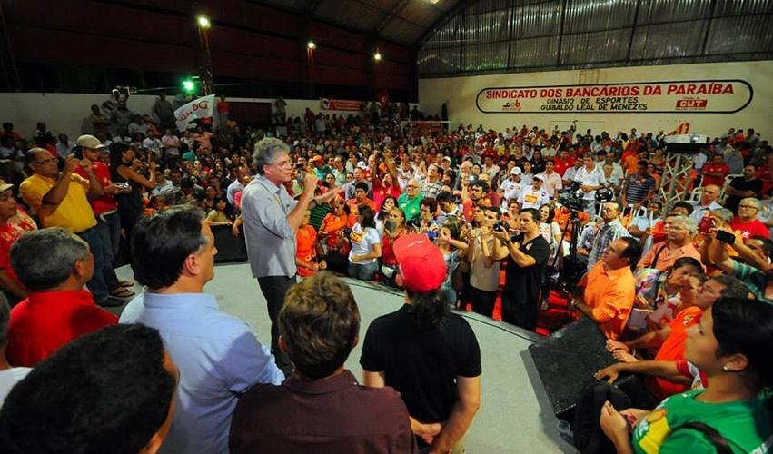 13.out.2014 - O governador e candidato à reeleição Ricardo Coutinho (PSB) participou de plenária com movimentos sociais na sede do Sindicato dos Bancários da paraíba, em João Pessoa
