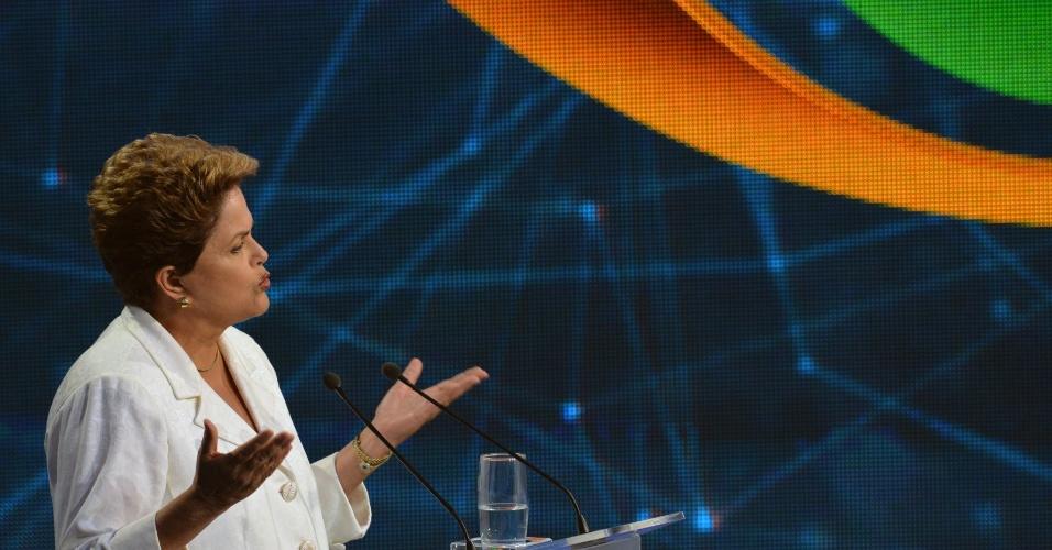 14.out.2014 - A candidata à reeleição, a presidente Dilma Rousseff (PT), participa do debate da Band, o primeiro do segundo turno da eleição presidencial, nesta terça-feira