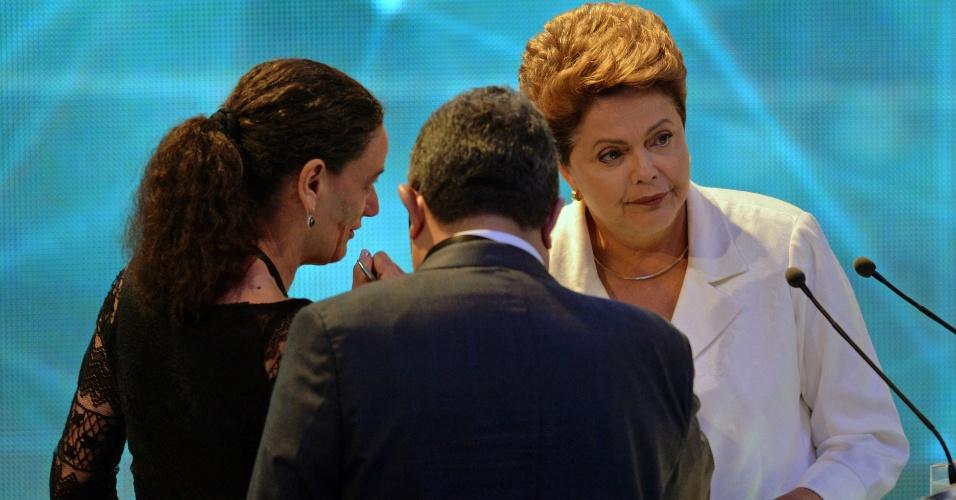 14.out.2014 - A candidata à reeleição, presidente Dilma Rousseff (PT), conversa com assessores durante intervalo do debate da Band, o primeiro do segundo turno da eleição presidencial, nesta terça-feira