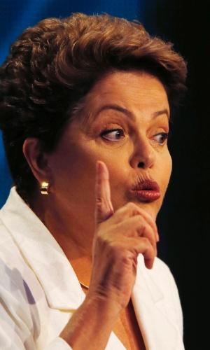 14.out.2014 - A candidata à reeleição, presidente Dilma Rousseff (PT), responde pergunta do adversário Aécio Neves (PSDB), durante debate da Band, nesta terça-feira