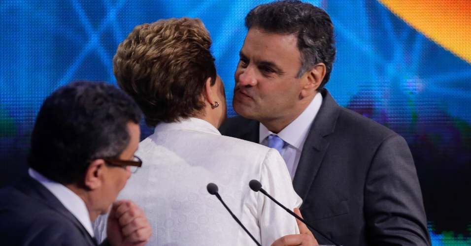 14.out.2014 - Dilma Rousseff (PT) e Aécio Neves (PSDB) se cumprimentam antes do debate da Band, o primeiro entre os presidenciáveis que concorrem no segundo turno das eleições presidenciais, na noite desta terça-feira