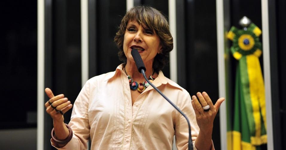 14.out.2014 - Érika Kokay, 57, do PT, foi reeleita deputada federal pelo Distrito Federal com a maior votação entre suas concorrentes, com 92.558 votos. Ela ingressou na vida política em 1976, durante a ditadura militar, no movimento estudantil na UnB. Foi presidente do Sindicato dos Bancários de Brasília e eleita deputada distrital em 2002