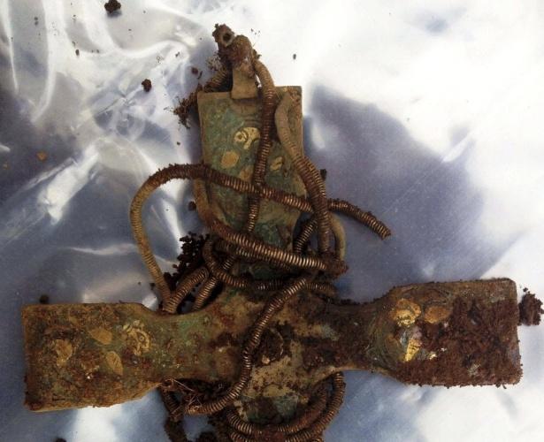14.out.2014 - Fotografia mostra uma cruz encontrada em Dumfries, no sul da Escócia, a peça faz parte de um tesouro viking descoberto na região por um empresário com a ajuda de um detector de metal. Entre os mais de cem itens, estão broches, pulseiras e pendentes de prata e ouro. Especialistas estimam que as peças tenham mais de 1.000 anos