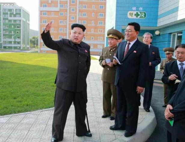 14.out.2014 - Imagem cedida ela agência de notícias norte-coreana mostra o líder do país Kim Jong-um, apoiado em uma bengala, durante uma viagem de inspeção a um complexo habitacional recém-construído em Pyongyang, Coreia do Norte