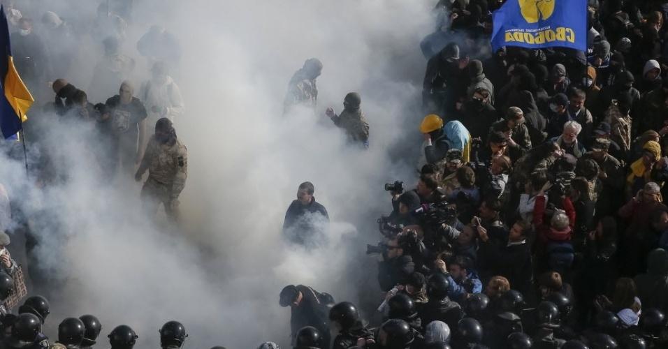 14.out.2014 - Manifestantes entram em confronto com a polícia em Kiev. Um protesto pela aprovação de lei que reconhece como heróis nacionais  integrantes do Exército Insurgente ucraniano, que lutou na Segunda Guerra Mundial contra o Exército Vermelho, contou com a participação de apoiadores do partido ultranacionalista Svoboda (Liberdade) e de outras organizações de extrema-direita