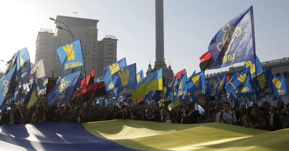 14.out.2014 - Manifestantes tomam ruas de Kiev, capital da Ucrânia, em ato político do partido ultranacionalista Svoboda (Liberdade). Ativistas entraram em confronto com a polícia em frente ao Parlamento do país, que debatia proposta para o reconhecimento de integrantes de guerrilha ucraniana como heróis nacionais