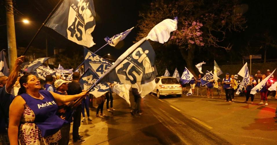 14.out.2014 - Militantes fazem campanha a favor de Aécio Neves (PSDB) em frente aos estúdios da Band, na zona oeste de São Paulo, antes do primeiro debate do segundo turno da eleição presidencial