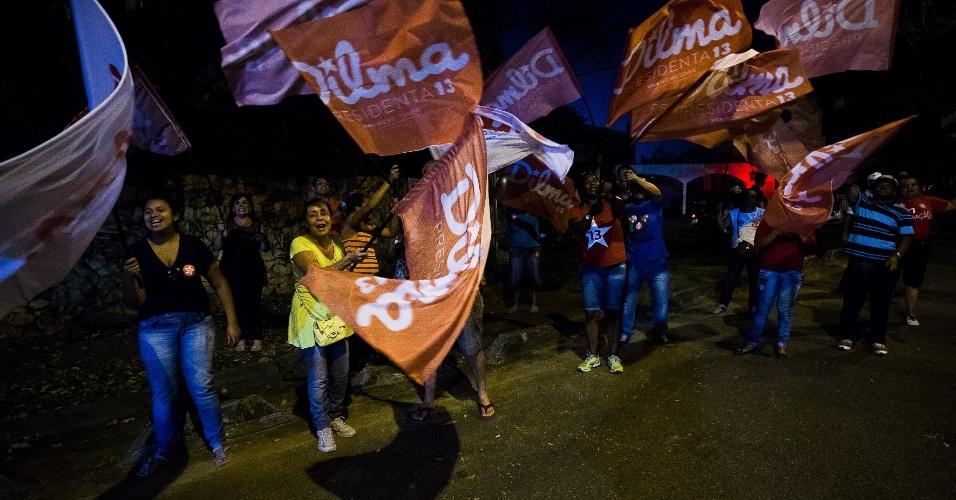 14.out.2014 - Militantes fazem campanha a favor de Dilma Rousseff (PT) em frente aos estúdios da Band, na zona oeste de São Paulo, antes do primeiro debate do segundo turno da eleição presidencial