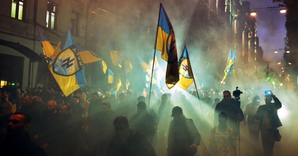 14.out.2014 - Nacionalistas ucranianos e militares do batalhão de Azov fazem protesto em Kiev, capital da Ucrânia, nesta terça-feira (14), para marcar a fundação do UPA (Exército Insurgente Ucraniano), um movimento de resistência paramilitar formado em 1943 para lutar pela independência contra forças polonesas, soviéticas e alemãs no oeste da Ucrânia. O UPA é historicamente polêmico, pois é idolatrado por nacionalistas ucranianos, mas desprezado pela Rússia por colaborar com forças nazistas e lutar contra o Exército soviético