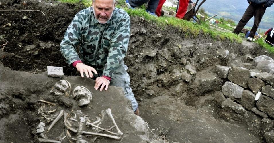 14.out.2014 - O arqueólogo búlgaro Nikolay Ovcharov mostrou o esqueleto de um homem que viveu no início do século 13 e foi enterrado com uma faca em seu coração, um ritual comum da época para impedir que ele fosse transformado em vampiro