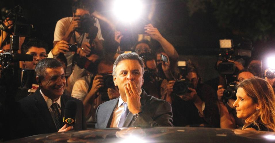 14.out.2014 - O candidato à Presidência Aécio Neves (PSDB) chega aos estúdios da Band, em São Paulo, para participar do primeiro do debate segundo turno da eleição presidencial