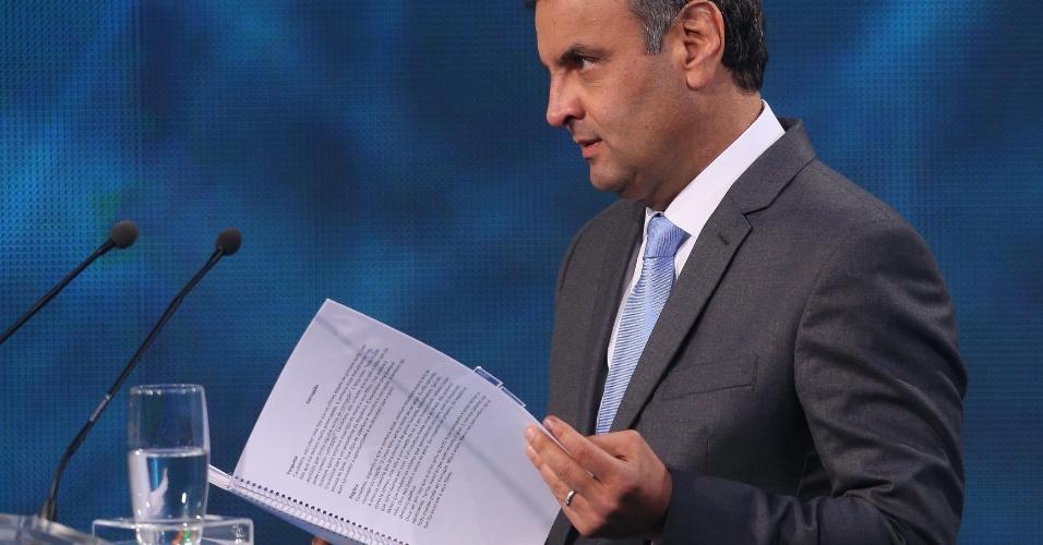 14.out.2014 - O candidato à Presidência Aécio Neves (PSDB) consulta caderno com anotações durante o debate da Band, nesta terça-feira
