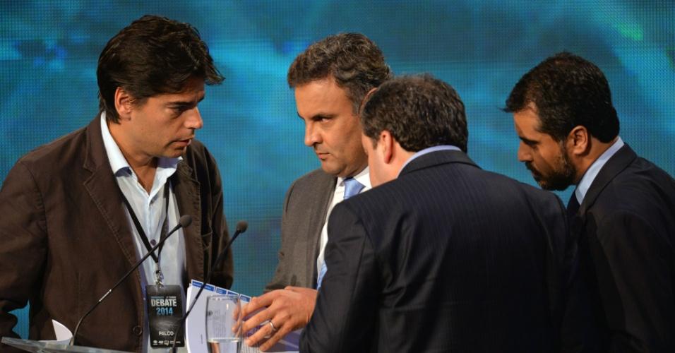 14.out.2014 - O candidato à Presidência Aécio Neves (PSDB) conversa com assessores durante intervalo do debate da Band, o primeiro do segundo turno da eleição presidencial, nesta terça-feira