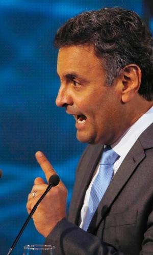 14.out.2014 - O candidato à Presidência Aécio Neves (PSDB) responde pergunta da candidata à reeleição, presidente Dilma Rousseff (PT), durante o debate da Band, nesta terça-feira