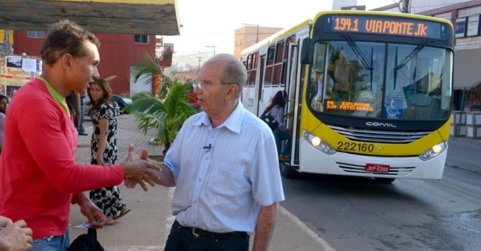 14.out.2014 - O candidato ao governo do Distrito Federal Jofran Frejat (PR) visitou o terminal rodoviário e nas paradas de ônibus de São Sebastião na madrugada desta terça-feira.