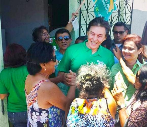 14.out.2014 - O candidato do PMDB, Eunício Oliveira, cumprimenta moradores durante caminhada no bairro Álvaro Weyne, em Fortaleza