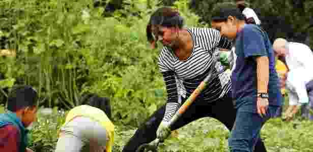 Michelle Obama colhe legumes da horta da Casa Branca com crianças de Washington, em 2014 - Jonathan Ernst/Reuters - Jonathan Ernst/Reuters