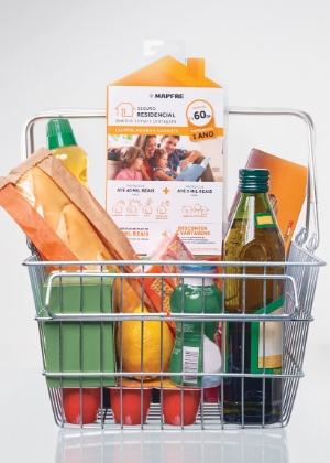 Embalagem de seguro de imóvel BB Mapfre dentro de carrinho de supermercado