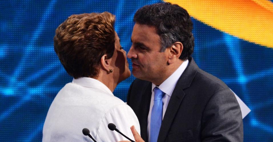 14.out.2014 - Dilma Rousseff (PT) e Aécio Neves (PSDB) se cumprimentam ao final do debate da Band, nesta terça-feira