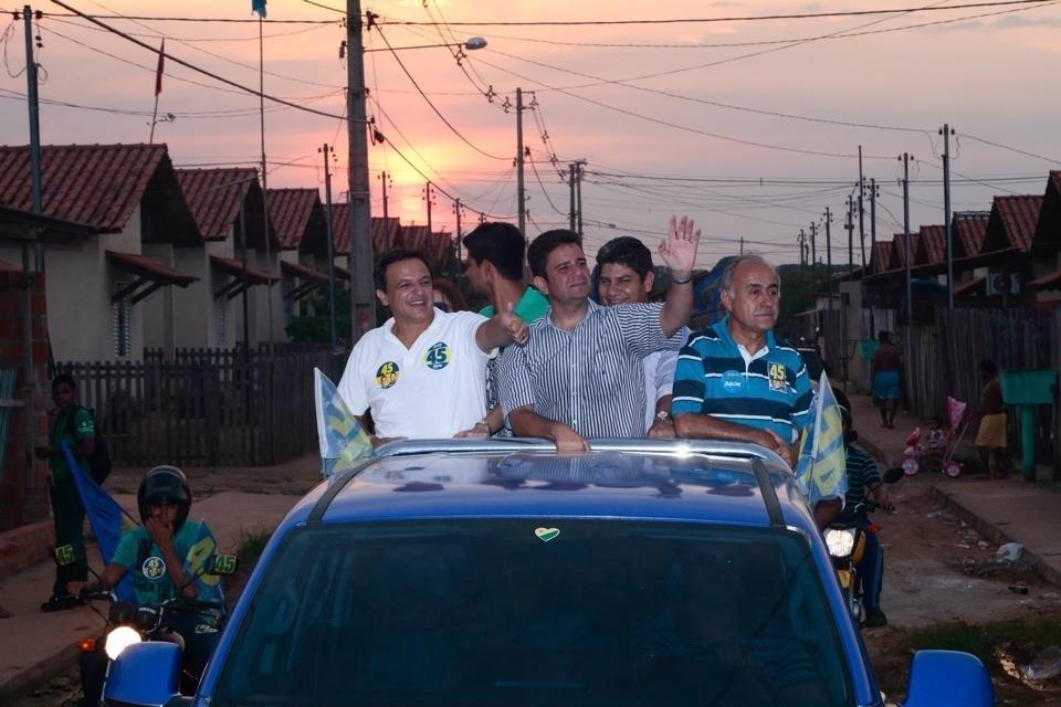 14.out.2014 - O candidato ao governo do Acre pelo PSDB, Marcio Bittar, realiza carreata de campanha no bairro Calafate, em Rio Branco