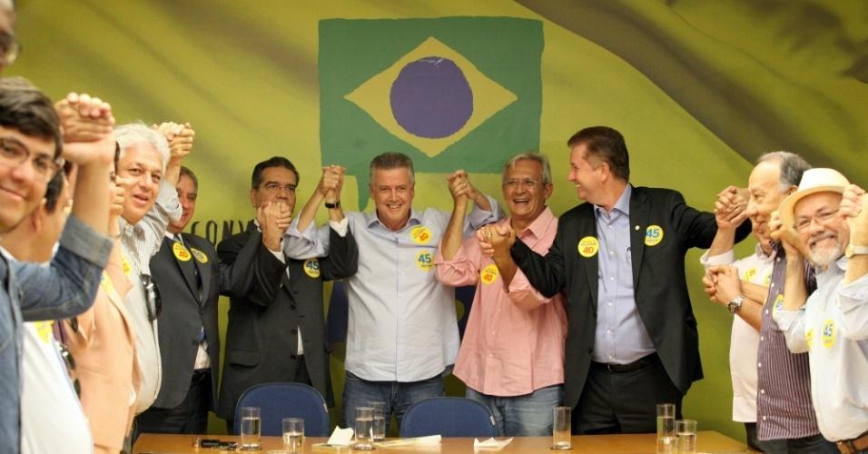 14.out.2014 - O candidato ao governo do Distrito Federal pelo PSB, senador Rodrigo Rollemberg (ao centro), declarou apoio ao candidato à Presidência da República Aécio Neves (PSDB)