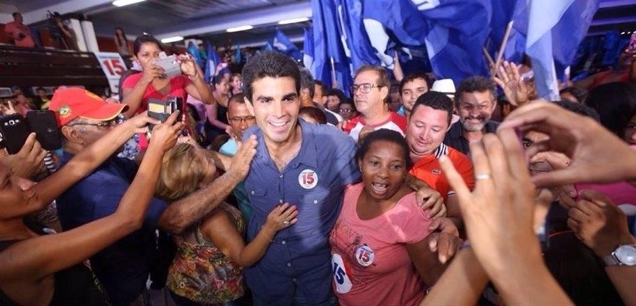 14.out.2014 - O candidato ao governo do Pará pelo PMDB, Helder Barbalho, realiza ato de campanha em Belém, capital do Estado