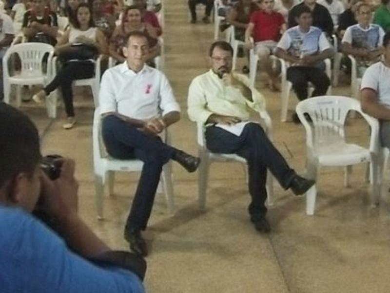 14.out.2014 - Os candidatos ao governo do Amapá pelo PDT, Waldez Góes (esq.), e pelo PSB, Camilo Capiberibe, participam de sabatina no Centro Diocesano de Macapá