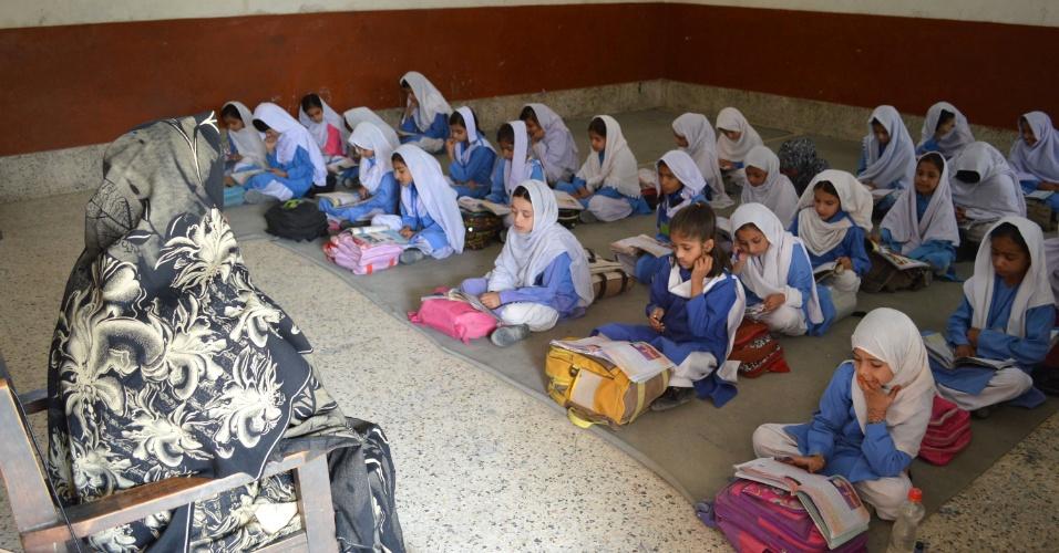 15.out.2014 - Alunas assistem aula em uma escola pública no sudoeste do Paquistão, em Quetta. O país saudou o Prêmio Nobel da Paz 2014 recebido por Malala Yousafzai, uma adolescente paquistanesa que desafiou a proibição do Taliban de meninas estudarem