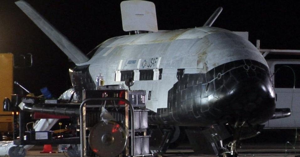 15.out.2014 - AVIÃO ESPACIAL MISTERIOSO - O misterioso avião-robô do Exército americano deve pousar na Terra nesta semana depois de permanecer 22 meses em órbita, informaram autoridades, mas a missão da nave permanece envolta em sigilo. A espaçonave não tripulada X-37B, que parece uma miniatura dos aposentados ônibus espaciais, tem seu retorno aguardado depois de seu lançamento em 11 de dezembro de 2012, em uma missão que autoridades oficiais dizem ser altamente secreta. A imagem de arquivo mostra a espaçonave que provavelmente irá fazer parte de outras missões futuras que visarão a estender as capacidades técnicas do veículo, bem como seu tempo em órbita