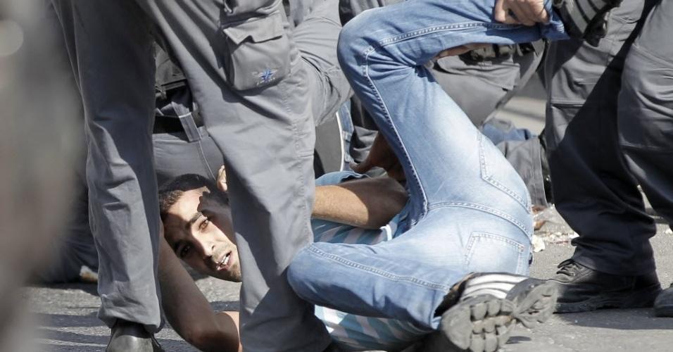 15.out.2014 - Forças de segurança israelenses prenderam um palestino durante confrontos com manifestantes depois que as autoridades limitaram o acesso dos fiéis muçulmanos a mesquita al-Aqsa, nesta quarta-feira (15),  em Jerusalém. Quatro palestinos foram presos e três policiais ficaram feridos no confronto, disse a porta-voz da polícia Luba Samri