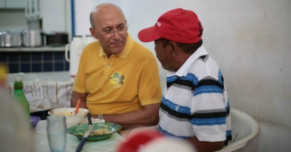 15.out.2014 - O candidato ao governo de Rondônia pelo PMDB, Confúcio Moura, conversa com eleitor durante visita ao mercado de Porto Velho