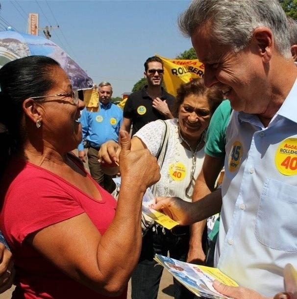 15.out.2014 - O candidato ao governo do Distrito Federal pelo PSB, Rodrigo Rollemberg, faz caminhada de campanha na Feira dos Goianos