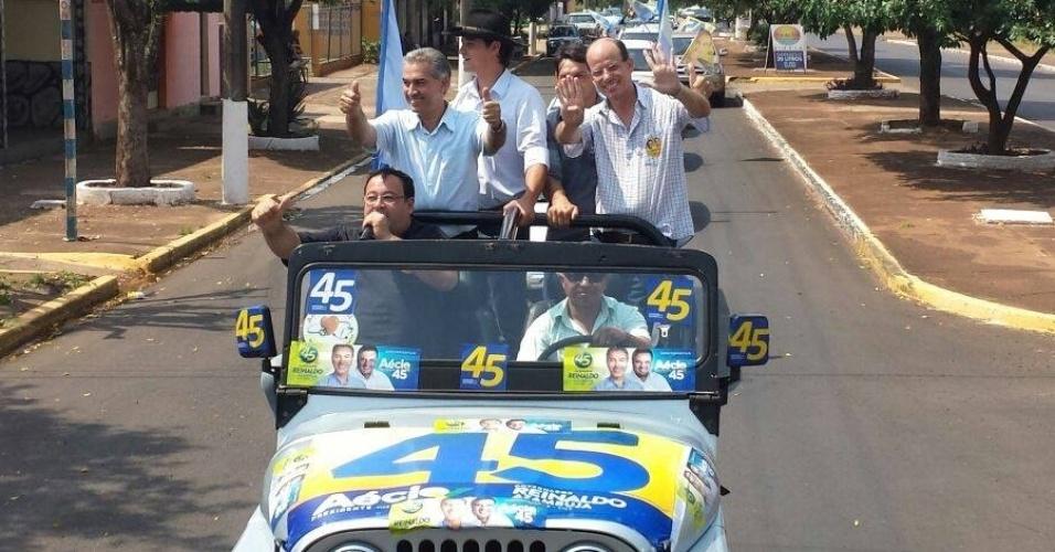 15.out.2014 - O candidato ao governo do Mato Grosso do Sul pelo PSDB, Reinaldo Azambuja (de pé, à esq.), participa de carreata de campanha em Amambai, no interior do Estado. Em sua página no Facebook, o candidato afirmou que visitou uma aldeia indígena na cidade