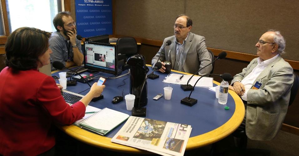 15.out.2014 - O candidato ao governo do Rio Grande do Sul pelo PMDB, José Ivo Sartori, é entrevistado no estúdio da rádio Gaúcha