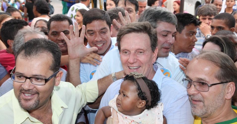 15.out.2014 - O candidato do PRB ao governo do Rio de Janeiro, Marcelo Crivella, acompanhado do senador Lindberg Farias (PT) faz caminhada no centro de Itaboraí, região metropolitana do Rio
