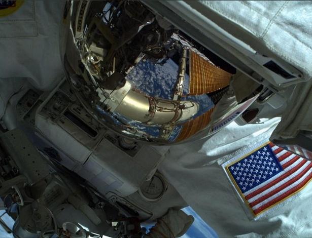 Os astronautas norte-americanos Reid Wiseman (foto) e Bill Wildemore participaram de uma caminhada espacial, como parte da programação da ISS - Reprodução/Twitter Reid Wiseman