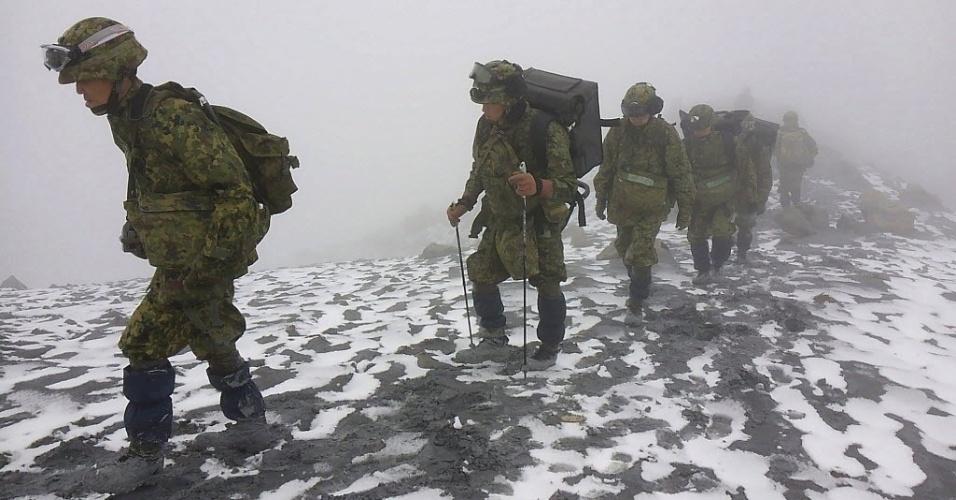 15.out.2014 - Soldados japoneses participam de operações de busca no vulcão do Monte Ontake, na região central do Japão, em imagem divulgada pelo Ministério da Defesa Japonês nesta quarta-feira (15). Soldados, bombeiros e policiais continuam a procurar por sobreviventes na área afetada pela erupção do vulcão em 27 de setembro