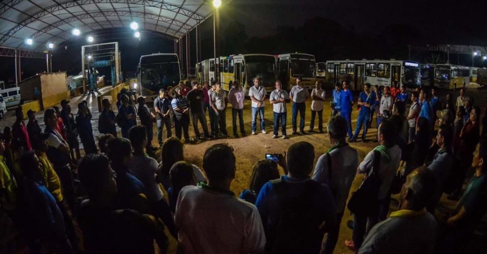 15.out.2014 - Tião Viana, candidato à reeleição ao governo do Acre pelo PT, visitou motoristas e cobradores de ônibus em pátio de empresa de transporte coletivo em Rio Branco no início da manhã