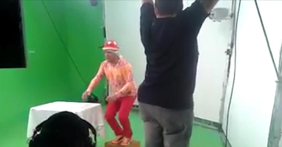 15.out.2014 - Tiririca grava vídeo de apoio à candidatura de Frejat (PR) ao governo do DF