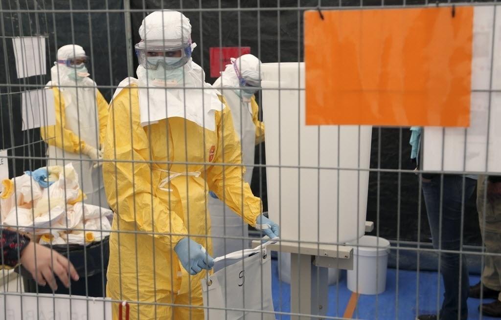 15.out.2014 - Um voluntário da organização Médicos Sem Fronteiras recebe treinamento sobre como lidar com equipamentos de proteção individual para atendimento a pacientes com o vírus ebola, durante um curso em Bruxelas, na Bélgica