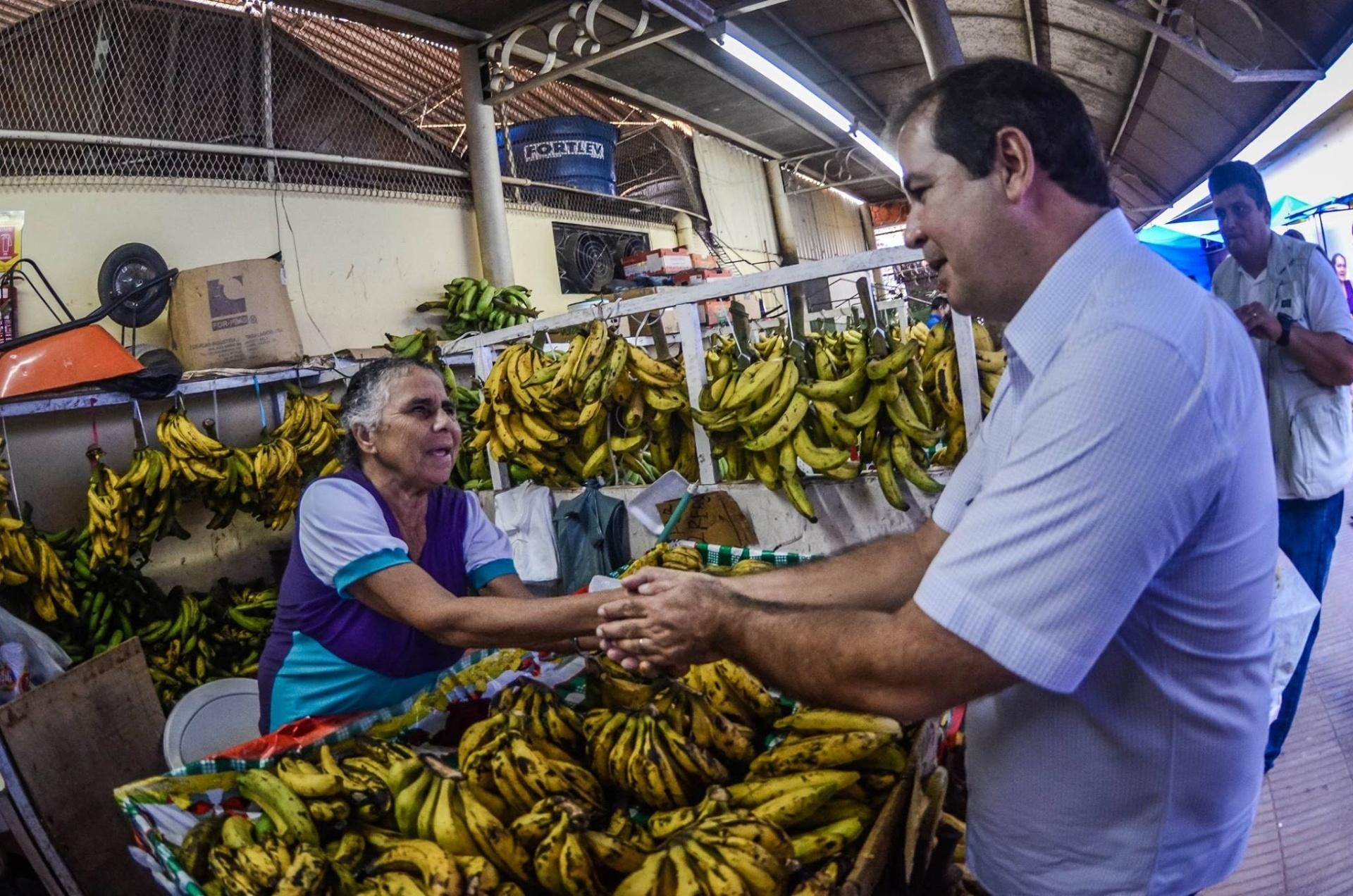 15.out.2015 - O governador do Acre e candidato à reeleição, Tião Viana (PT), conversa com feirante durante visita ao mercado Elias Mansour, em Rio Branco