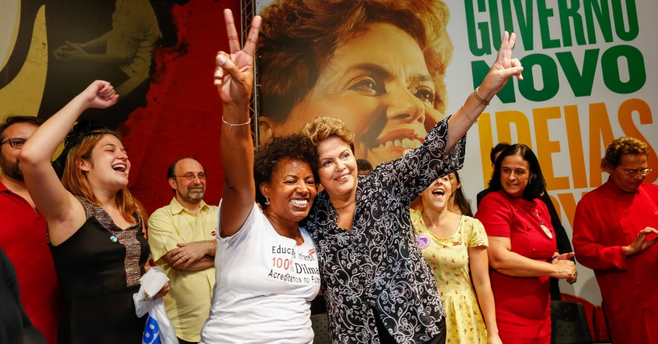 15.out.2014 - A presidente da República e candidata à reeleição pelo PT, Dilma Rousseff participa de encontro com professores, na avenida Paulista, em São Paulo (SP), nesta quarta-feira. Alguns educadores fizeram um protesto na frente do local da reunião. Em pesquisa Datafolha divulgada (15), o senador Aécio Neves (PSDB) tem 51% dos votos válidos, a presidente Dilma Rousseff (PT) alcança 49%