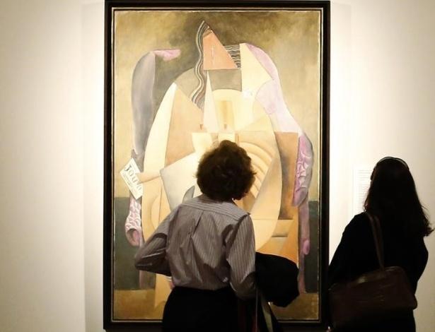 Um homem observa quadro de Renand Léger durante a coletiva de imprensa sobre a doação de obras cubistas ao Metropolitan Museum de Nova York por Leonard A. Lauder - BRENDAN MCDERMID